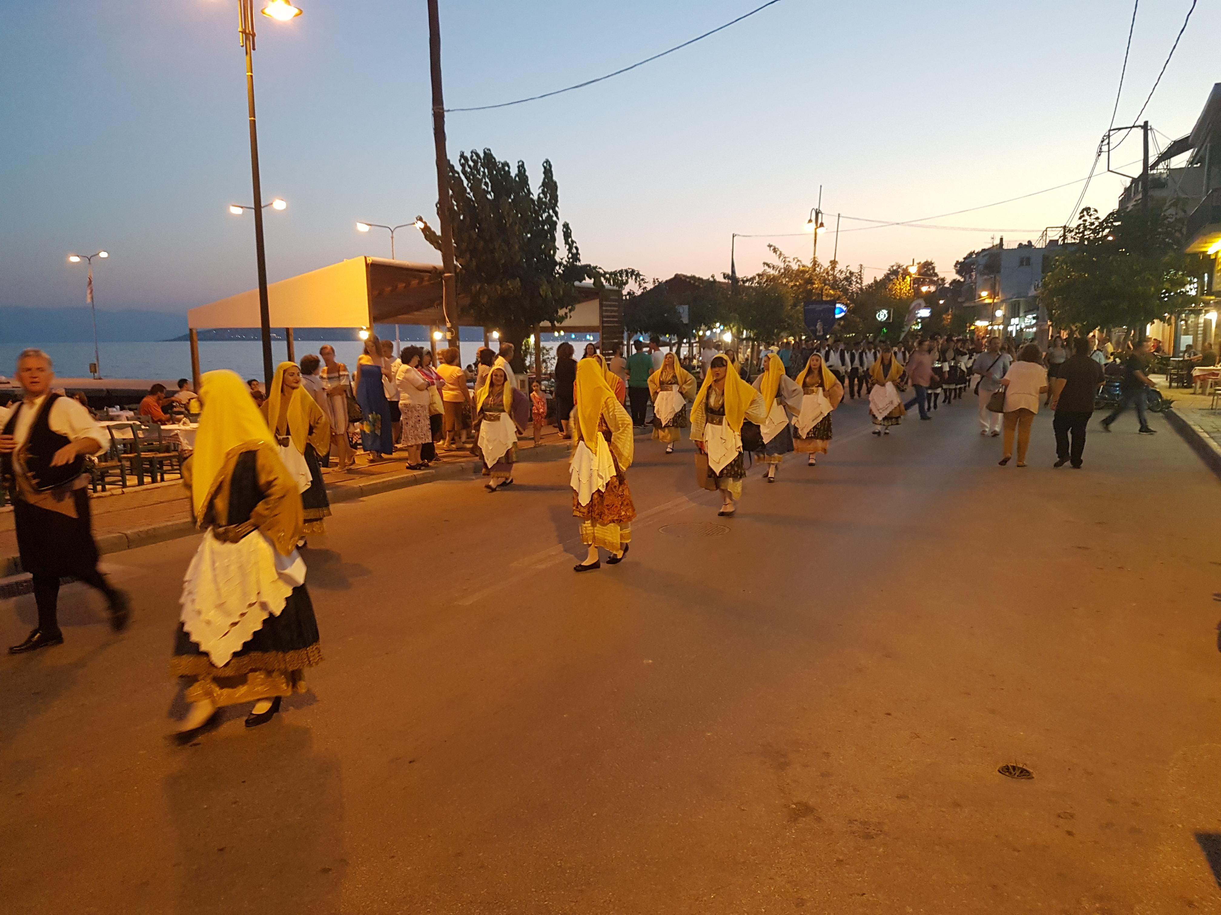 36d56423155 Πραγματοποιήθηκε χθες το φεστιβάλ παραδοσιακών χορών στην Αγριά στο  θεατράκι του ΟΣΕ, που γέμισε από κόσμο, στο πλαίσιο της Ψαράδικης Βραδιάς.